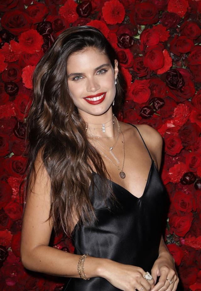 Siêu mẫu Sara Sampaio quyến rũ với váy hở lưng - 1
