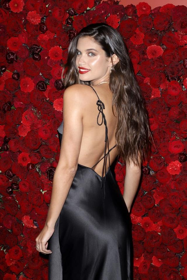 Siêu mẫu Sara Sampaio quyến rũ với váy hở lưng - 5