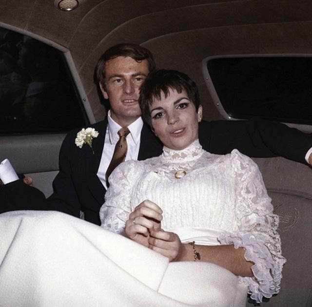 Ngắm lại ảnh cưới cực độc của các sao nổi tiếng - 2