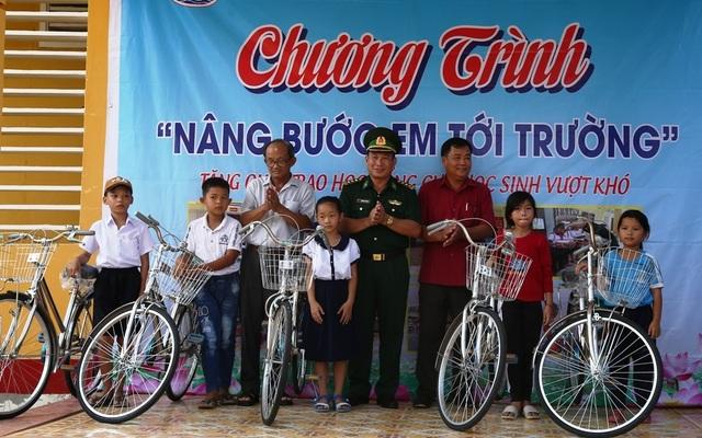 Bộ đội Biên phòng Đồng Tháp tặng xe đạp và học bổng cho học sinh nghèo - 1