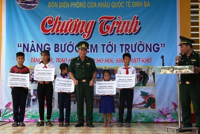 Bộ đội Biên phòng Đồng Tháp tặng xe đạp và học bổng cho học sinh nghèo - 2