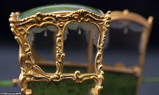 Vẻ đẹp của chiếc kiệu nhỏ xíu được làm từ vàng và ngọc - 5
