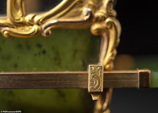 Vẻ đẹp của chiếc kiệu nhỏ xíu được làm từ vàng và ngọc - 6