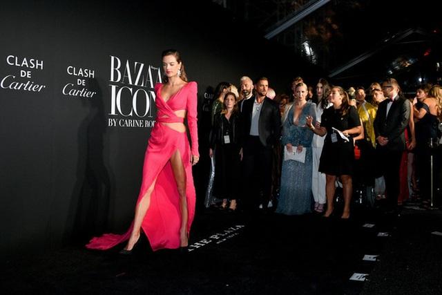 Alessandra Ambrosio diện váy xẻ tứ bề - 2