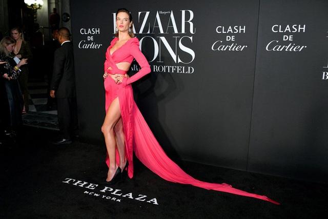 Alessandra Ambrosio diện váy xẻ tứ bề - 5