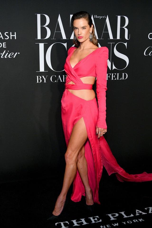 Alessandra Ambrosio diện váy xẻ tứ bề - 3