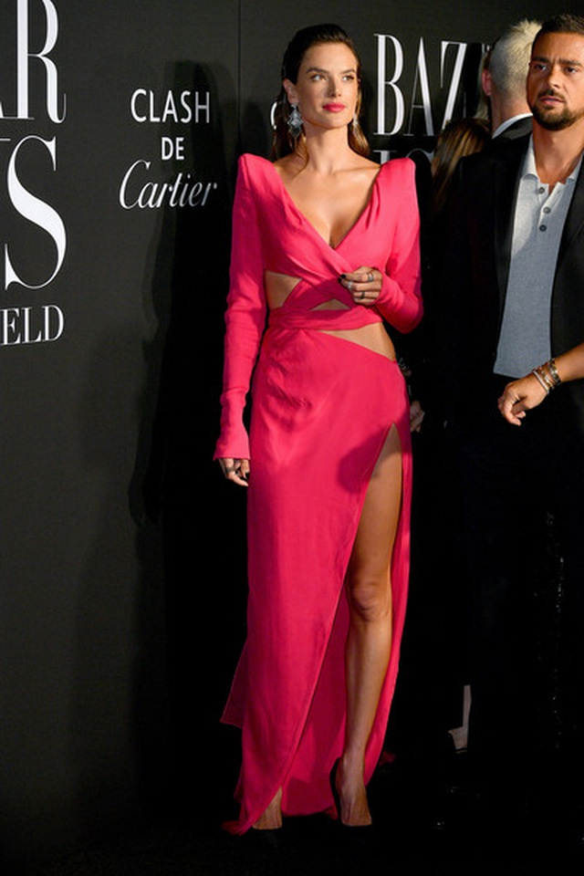 Alessandra Ambrosio diện váy xẻ tứ bề - 4