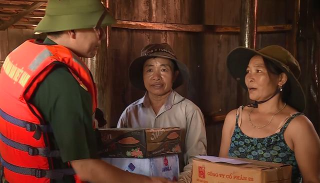 Tiếp tế lương thực, thăm khám sức khỏe cho người dân vùng rốn lũ - 2
