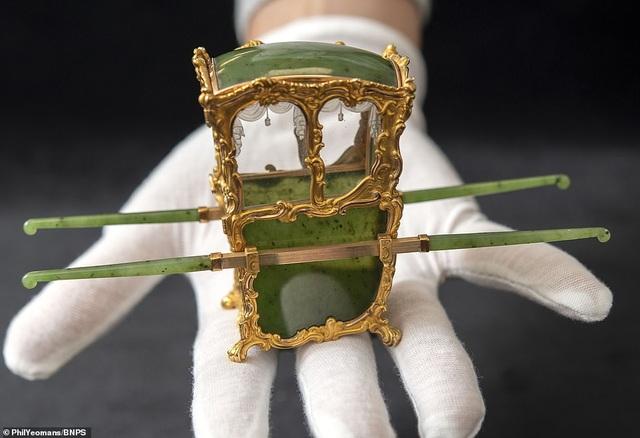 Vẻ đẹp của chiếc kiệu nhỏ xíu được làm từ vàng và ngọc - 2