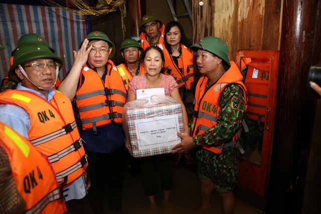 Phó Thủ tướng thăm hỏi, động viên bà con vùng lũ - 1