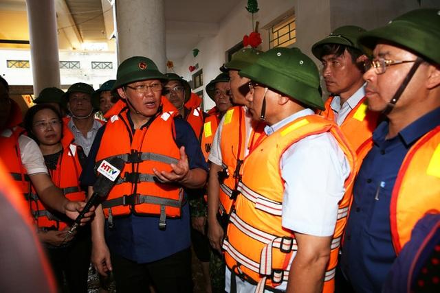 Phó Thủ tướng thăm hỏi, động viên bà con vùng lũ - 5