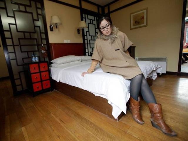 Cô gái xinh đẹp chuyên sống thử trong khách sạn... kiếm tiền - 7
