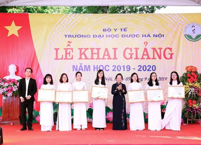 Dạ Hương tiếp tục trao học bổng Chung sức cùng nữ thầy thuốc tương lai cho nữ sinh Y dược - 2