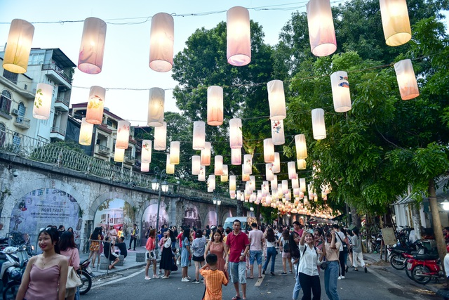 Đèn lồng rực rỡ khắp phố bích họa Phùng Hưng - 1