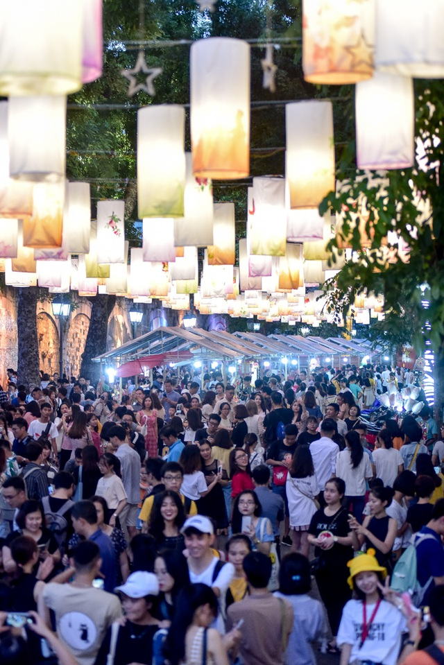 Đèn lồng rực rỡ khắp phố bích họa Phùng Hưng - 9