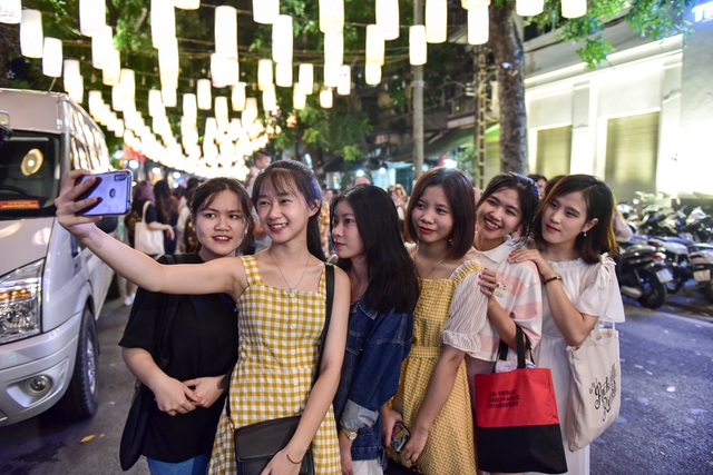 Đèn lồng rực rỡ khắp phố bích họa Phùng Hưng - 10