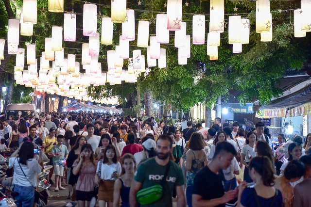 Đèn lồng rực rỡ khắp phố bích họa Phùng Hưng - 8
