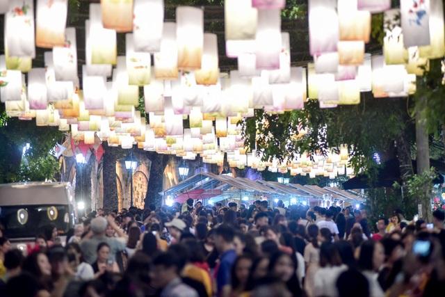 Đèn lồng rực rỡ khắp phố bích họa Phùng Hưng - 12