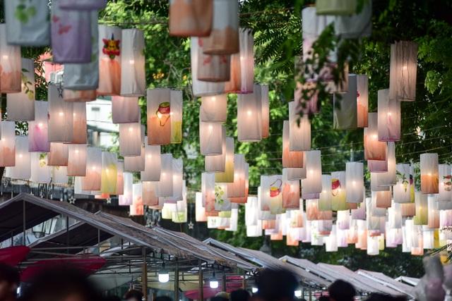 Đèn lồng rực rỡ khắp phố bích họa Phùng Hưng - 6