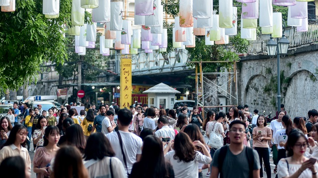 Đèn lồng rực rỡ khắp phố bích họa Phùng Hưng - 3