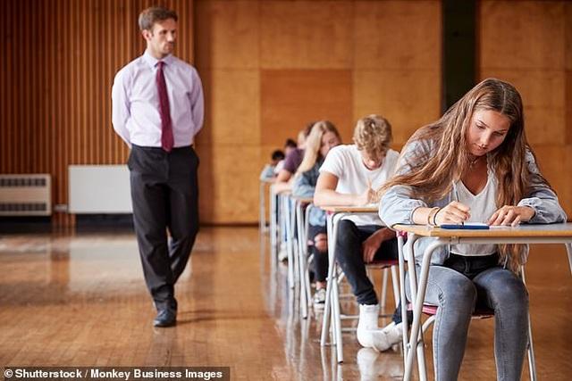 Học sinh nữ có xu hướng làm bài thi dài hơn hai tiếng tốt hơn học sinh nam - 1