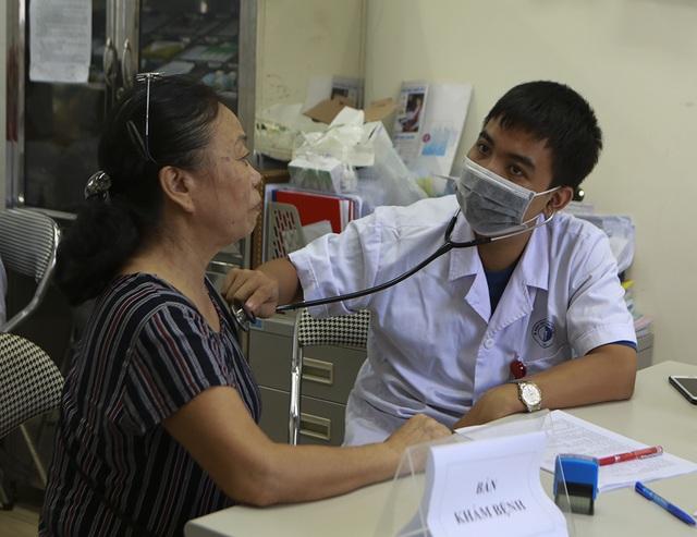 Sau vụ cháy Công ty Rạng Đông: Lo nhiễm độc, người dân ùn ùn đi khám - 3