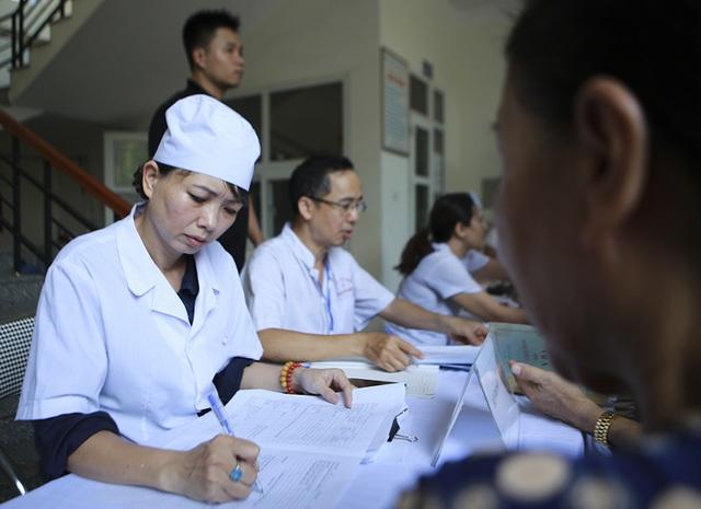 Sau vụ cháy Công ty Rạng Đông: Lo nhiễm độc, người dân ùn ùn đi khám - 7