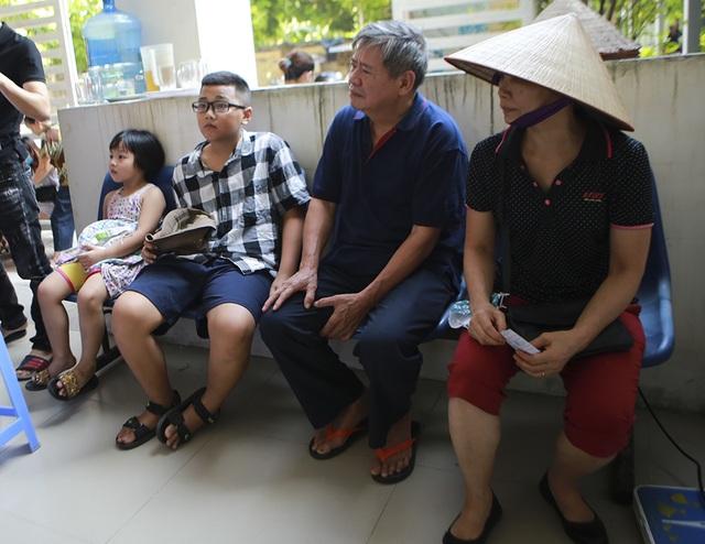 Sau vụ cháy Công ty Rạng Đông: Lo nhiễm độc, người dân ùn ùn đi khám - 8