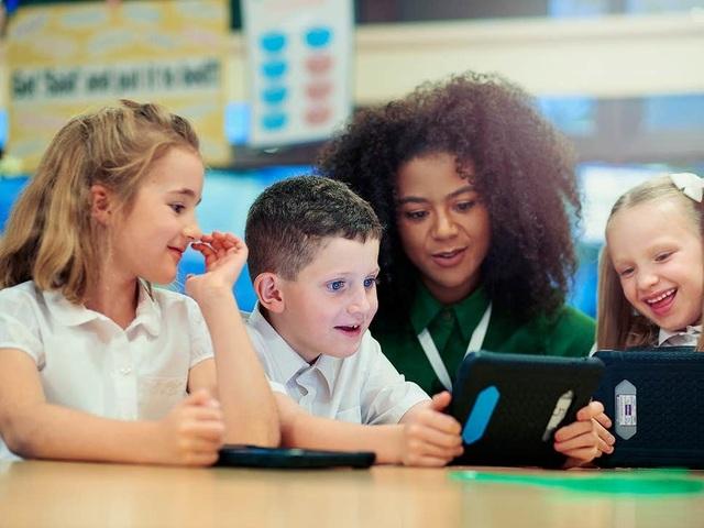 Lương khởi điểm của giáo viên ở Anh sẽ tăng lên 850 triệu đồng - 1