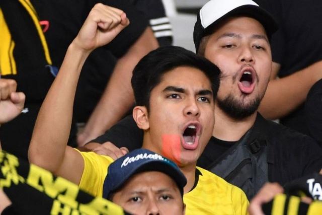 Bộ trưởng 26 tuổi của Malaysia chỉ trích cảnh sát Indonesia vì xem nhẹ bạo lực sân cỏ - 1
