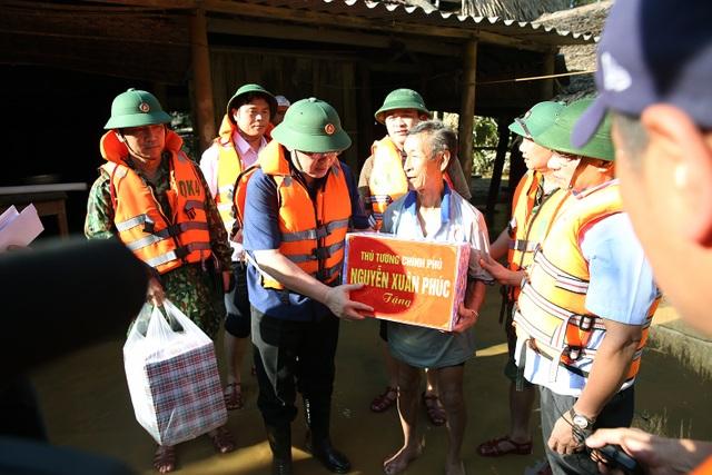 Phó Thủ tướng thăm hỏi, động viên bà con vùng lũ - 2