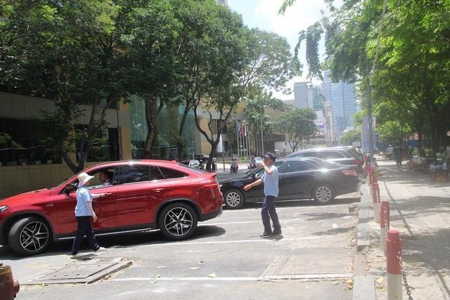 Thu phí ô tô dưới lòng đường: Tiền nhân công gấp 4 lần doanh thu - 1
