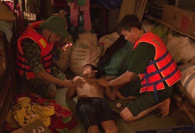 Tiếp tế lương thực, thăm khám sức khỏe cho người dân vùng rốn lũ - 3