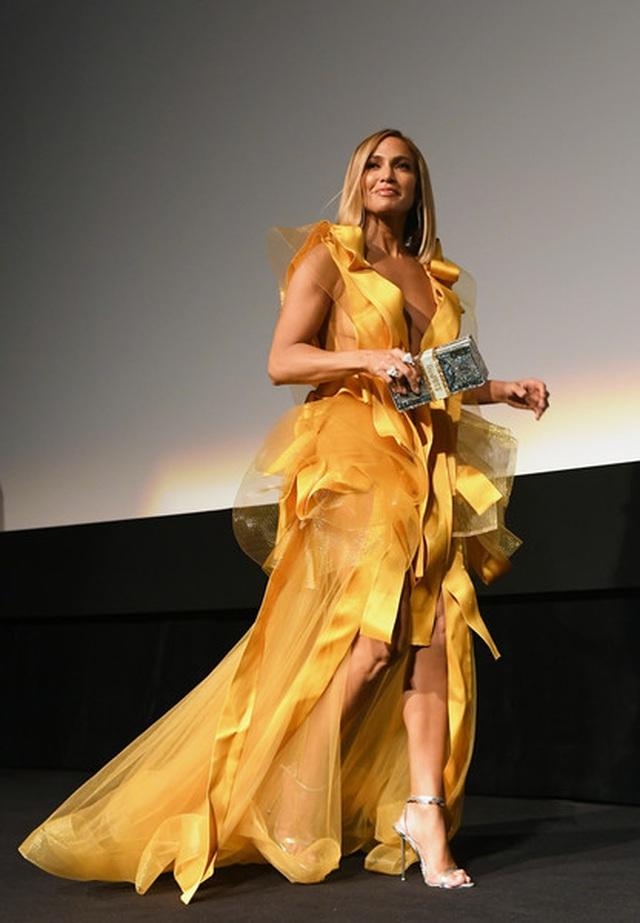 Jennifer Lopez diện váy vàng rực sánh đôi bồ trẻ - 7