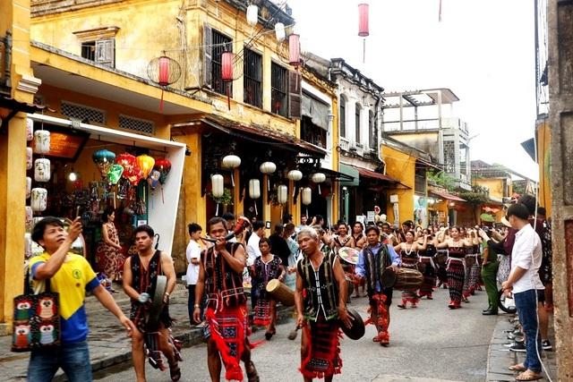 Màn trình diễn nhạc cụ dân tộc ấn tượng trên đường phố Hội An - 1