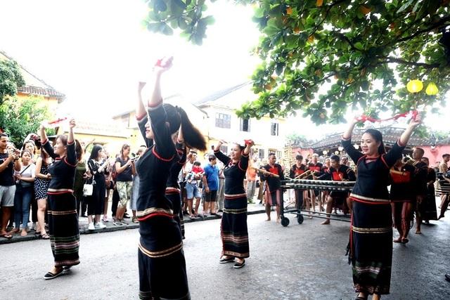 Màn trình diễn nhạc cụ dân tộc ấn tượng trên đường phố Hội An - 10