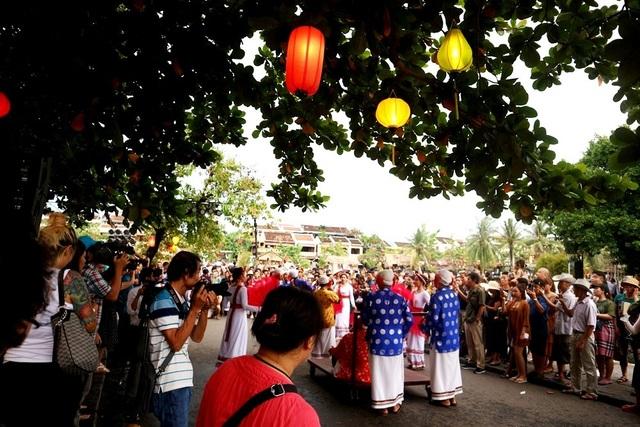 Màn trình diễn nhạc cụ dân tộc ấn tượng trên đường phố Hội An - 11