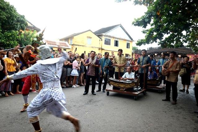 Màn trình diễn nhạc cụ dân tộc ấn tượng trên đường phố Hội An - 12