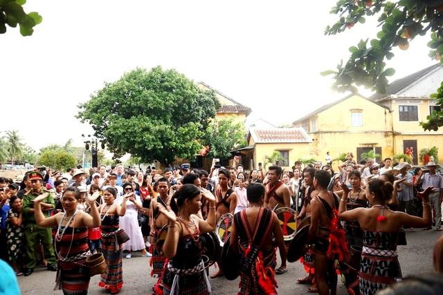 Màn trình diễn nhạc cụ dân tộc ấn tượng trên đường phố Hội An - 13
