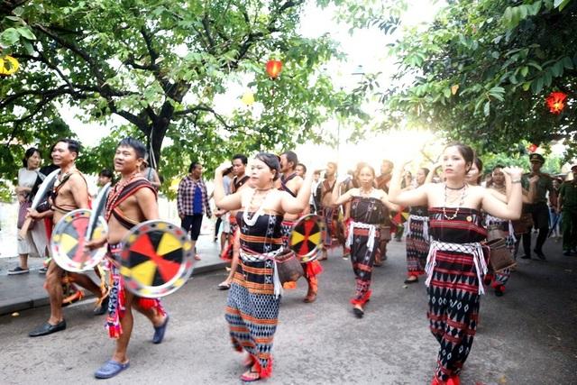 Màn trình diễn nhạc cụ dân tộc ấn tượng trên đường phố Hội An - 14