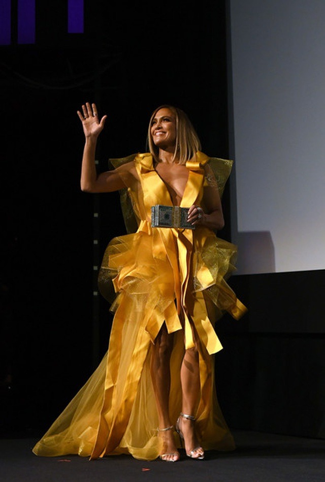 Jennifer Lopez diện váy vàng rực sánh đôi bồ trẻ - 6