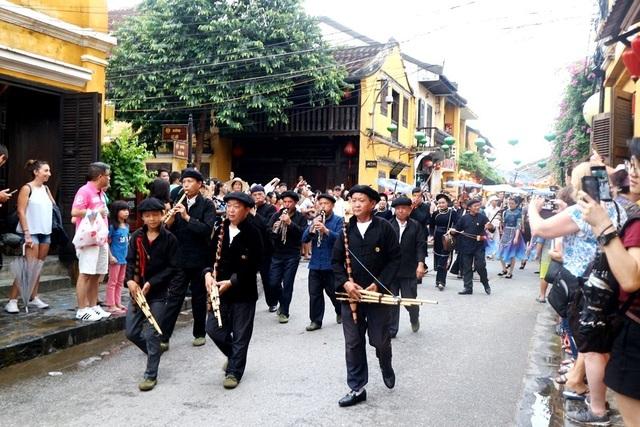 Màn trình diễn nhạc cụ dân tộc ấn tượng trên đường phố Hội An - 2