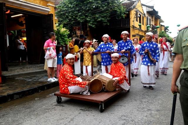 Màn trình diễn nhạc cụ dân tộc ấn tượng trên đường phố Hội An - 3