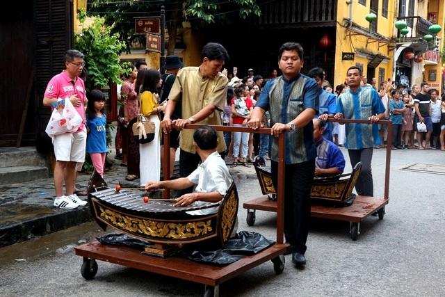 Màn trình diễn nhạc cụ dân tộc ấn tượng trên đường phố Hội An - 4
