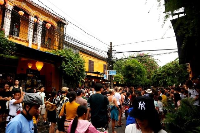 Màn trình diễn nhạc cụ dân tộc ấn tượng trên đường phố Hội An - 6