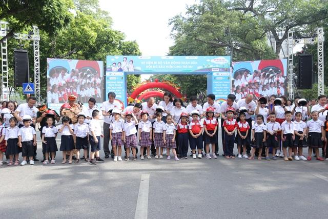 """3000 học sinh lớp 1 xuống đường vận động """"Đội mũ bảo hiểm cho trẻ em"""" - 7"""