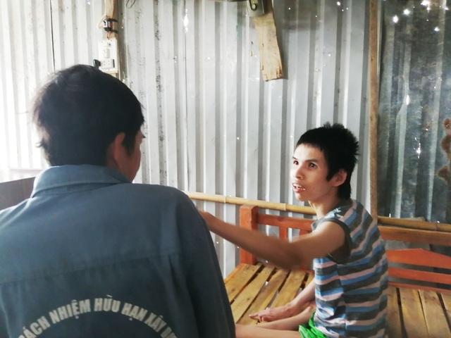 Nghẹn ngào cảnh gà trống bệnh tật sống lay lắt nuôi con tật nguyền - 6