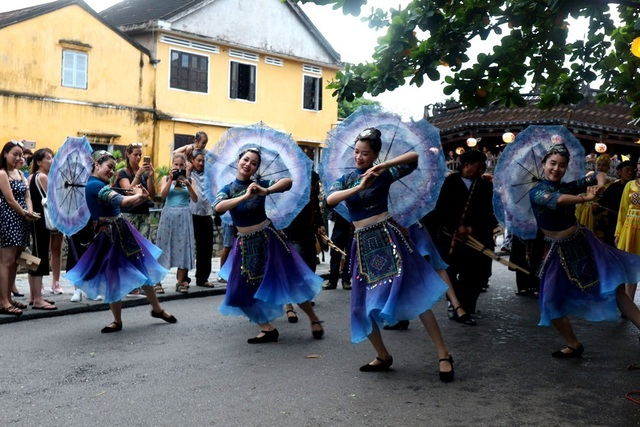 Màn trình diễn nhạc cụ dân tộc ấn tượng trên đường phố Hội An - 7