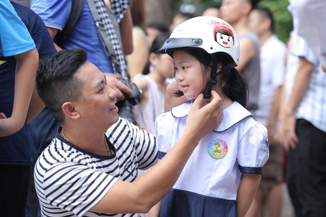 """3000 học sinh lớp 1 xuống đường vận động """"Đội mũ bảo hiểm cho trẻ em"""" - 8"""