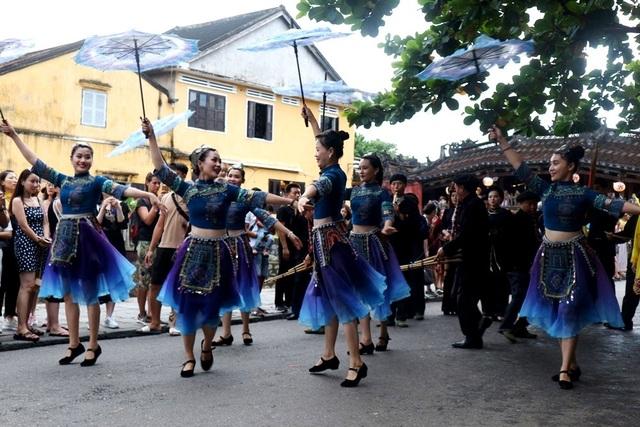 Màn trình diễn nhạc cụ dân tộc ấn tượng trên đường phố Hội An - 8